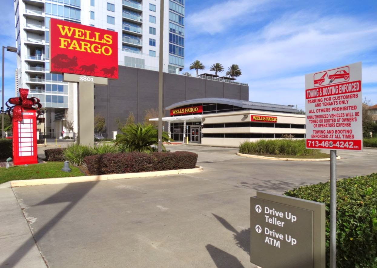 Wells Fargo Bank Branch next to 2727 Kirby Condominium Tower
