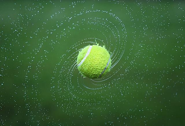 La textura de las pelotas de tenis otorga resistencia al aire, permitiendo crear disparos espectaculares