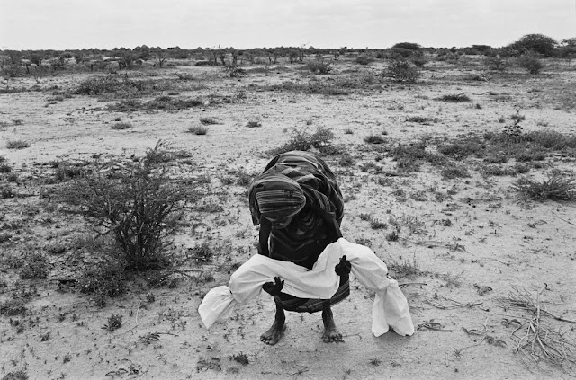 Matka ze zwłokami swojego dziecka na pustyni w Somalii.