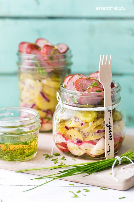 Bayerischer Kartoffelsalat im Glas mit Kabanos, Essig und Öl