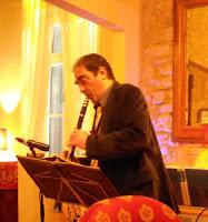 Ο Βαγγέλης Βαλατσός παίζει φυσαρμόνικα και φλογέρα