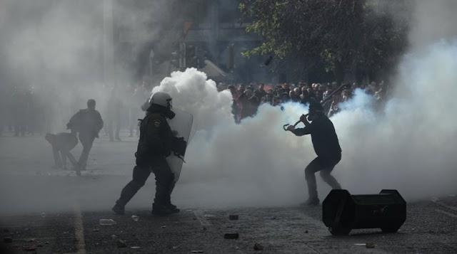 Σε πολιορκία η Αθήνα από τους αγρότες, στον κόσμο της η κυβέρνηση μιλάει για επεισόδια χρυσαυγιτών και τους τσακίζει στο ξύλο.