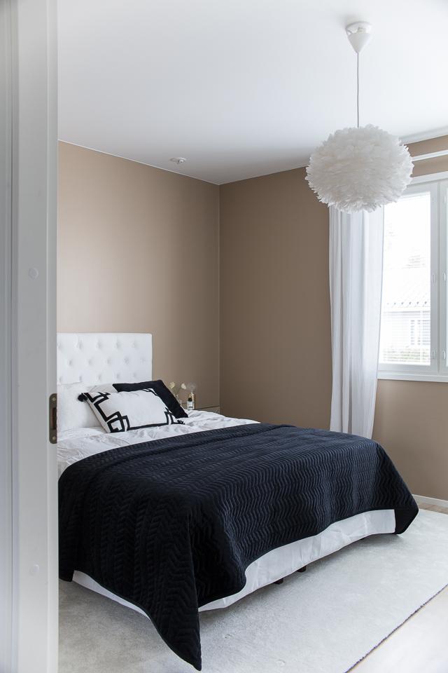 Villa H, hattara matto, makuuhuoneen sisustus, sängynpääty jotex, peilipintainen yöpöytä