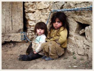 Üşümüş iki kız çocuk resmi