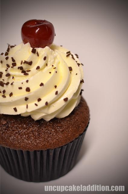 Cupcakes de la Selva Negra de chocolate, cerezas al kirsch y merengue suizo.