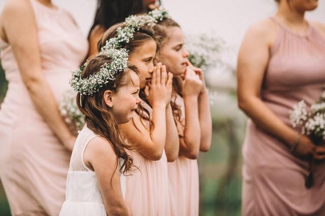 صور بنات صغيرة كانت تنتظر مصور الزفاف