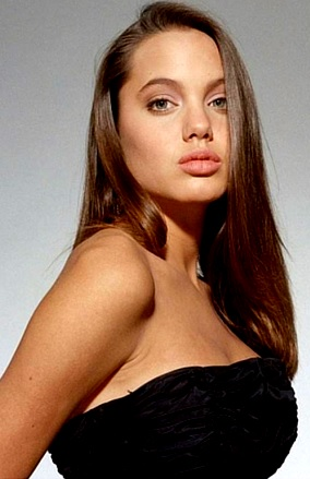 Foto de Angelina Jolie con cabello largo y lacio