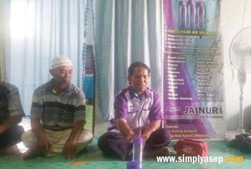PRODUCT KNOWLEGE :  Penulis juga berpartisipasi memberikan penerangan sederhana apa manfaat dan kebaikan air Milagros kepada para yang hadir di forum Kelompok Tani Rasau Jaya III tersebut..  Foto Cakra Suhati