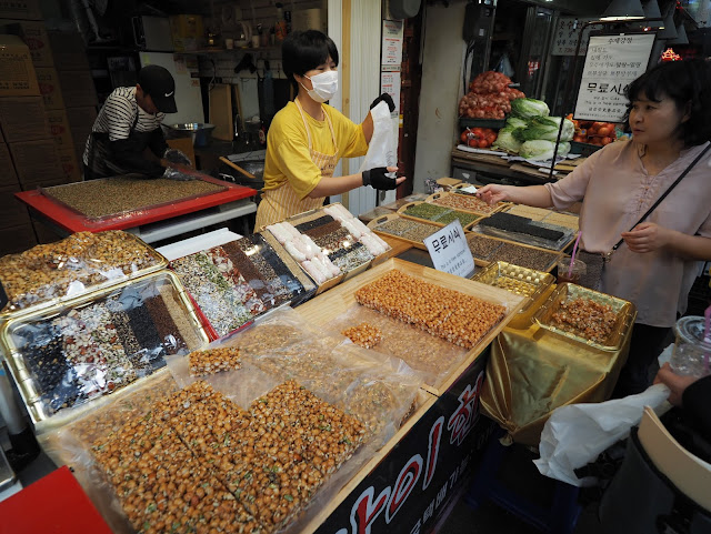 Several kind of nuts and seeds solidified with sweet caramel at Tongin Market (통인시장)