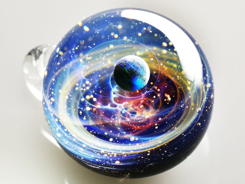 07-Satoshi-Tomizu-とみず-さとし-Galaxies-Sculpted-in-Space-Glass-Globes-www-designstack-co