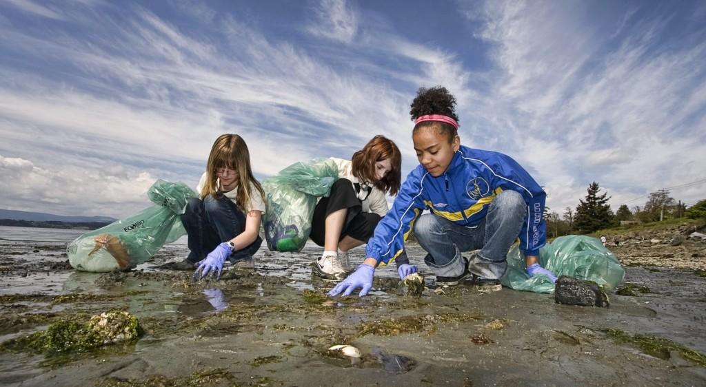 Crianças a apanhar lixo da praia