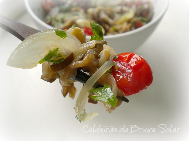 Antepasto de berinjela, cebola e tomate confit