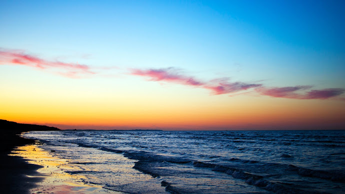 Wallpaper: Waves and Sunset on the Sea Shore
