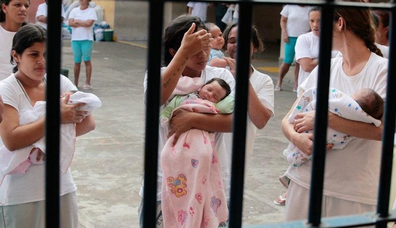 Senado flexibiliza regime de pena para mães e gestantes