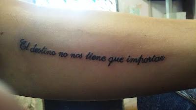 Tatuaje de frase para dama