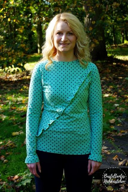 Türkis gepunkteten Raglan Shirt (Longsleeve) mit Rüschen - Rüschli Schnittmuster für Frauen von Textilsucht -Mode für Frauen selber nähen