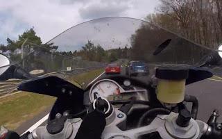 Σύγκρουση μοτοσυκλέτας με αυτοκίνητο στο Nürburgring με 170 χιλιόμετρα ανά ώρα!