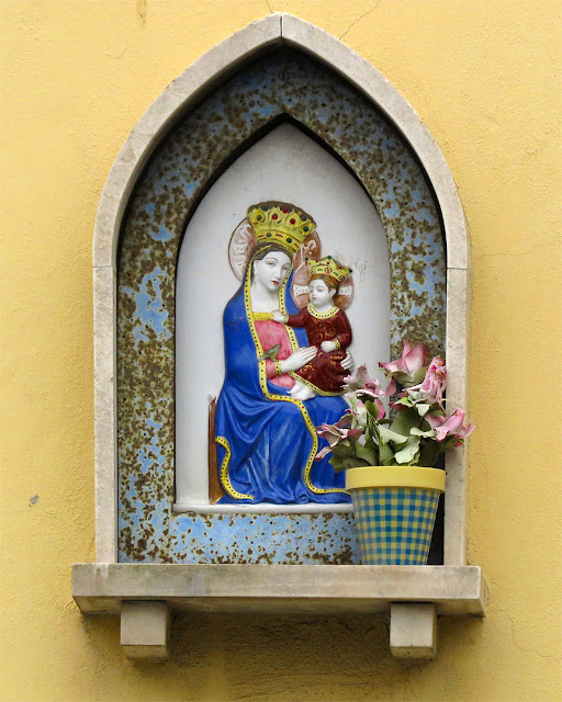 Madonna and child (with plastic flowers), Via dell'Origine, Livorno