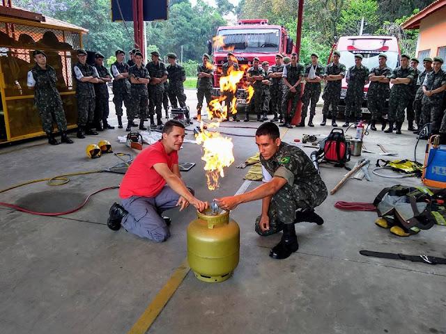 Atiradores participam de treinamento de primeiros socorros e combate a incêndio