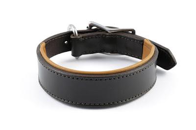 Collare in cuoio marrone scuro con imbottitura in pelle chiara fatto su misura e cucito a mano