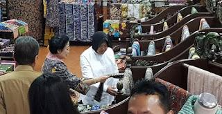 Walikota Risma Bersama Bupati Anas Temani Megawati Belanja Batik