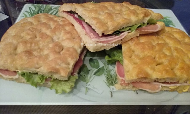 La Rubrica del Lunedì: Focaccia ripiena con speck, insalata e gouda - Monday's Page: Stuffed focaccia with speck ham, lettuce and gouda cheese