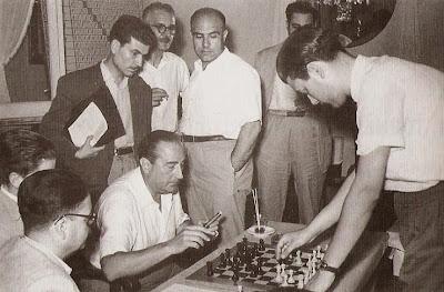 Agustín Pujol analizando una partida de ajedrez con Román Torán en 1954