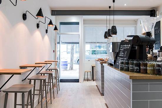 Desain interior kafe berkonsep scandinavia