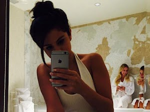 Selena Gomez: selfie front of the mirror and leopard panties... Ready to compete with Kylie Jenner?