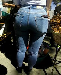 Bonita mujer caderona en jeans