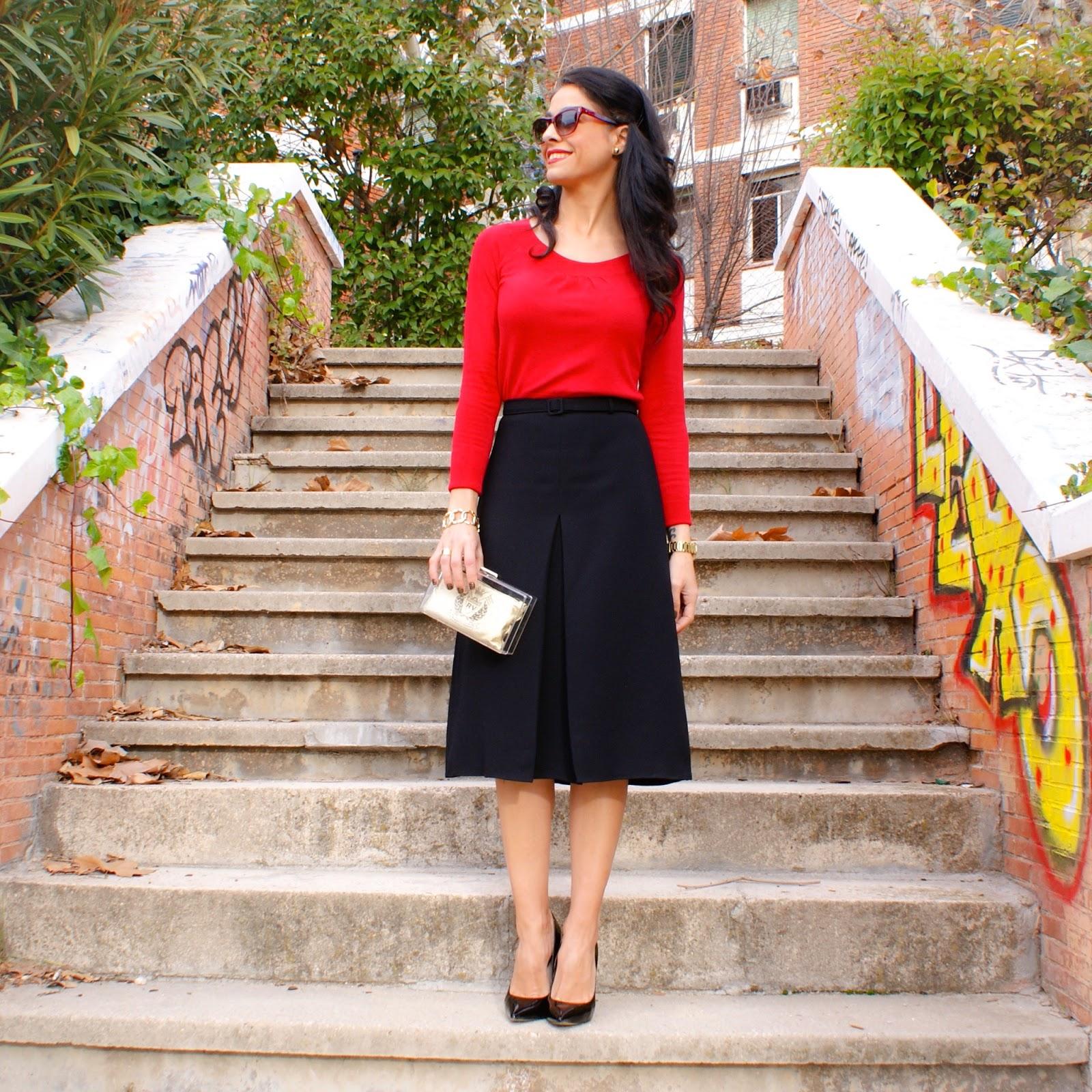 6978820ede La falda midi y el jersey rojo son de MANGO. La falda la compré a principio  de temporada y es una de mis favoritas