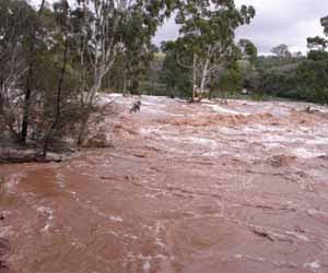 """Δυτική Αχαΐα: """"Φούσκωσαν"""" τα ποτάμια - Επί ποδός οι αρχές - Δύσκολη νύχτα για τους κατοίκους"""