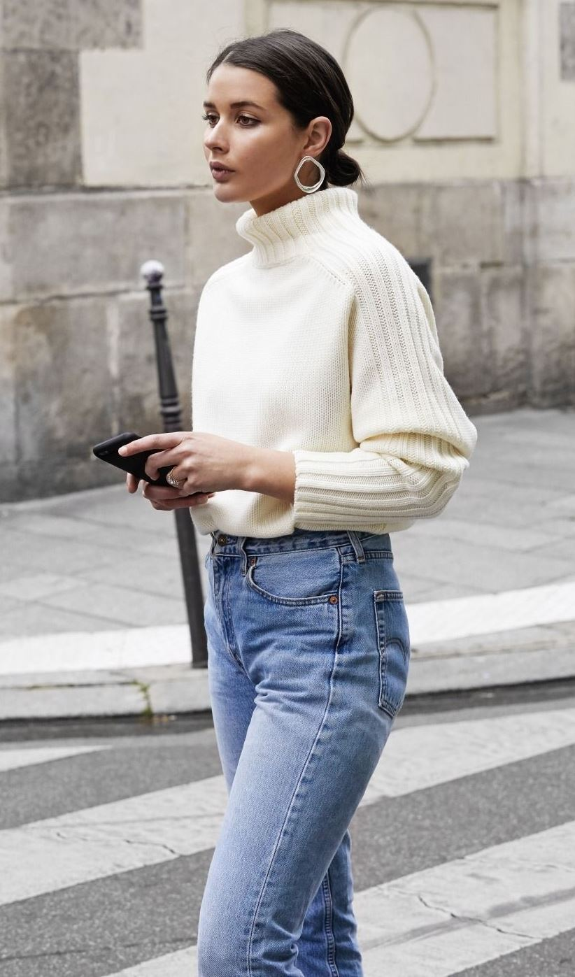simple fall outfit / white sweater and boyfriend jeans