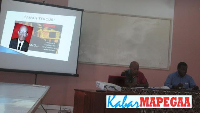Pendeta Dr Noakh Nawipa Menyampaikan Materi Pengantar di Aulah  Summer Intitute of Linguistics (SIL) Internasional Sentani, 01/10/2016, (Foto: Andy G/KM)