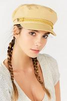 Девушка в желтой кепке фуражке