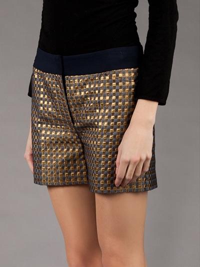 looks com shorts dourados