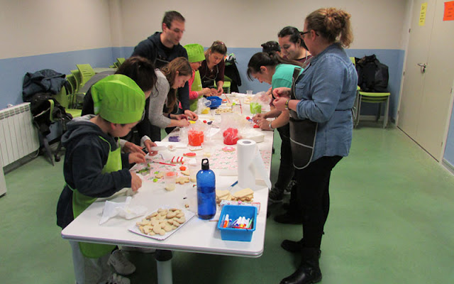 Un momento del taller de cupcakes en el espacio de creación joven de Illescas, IMAGEN COMUNICACION ILLESCAS