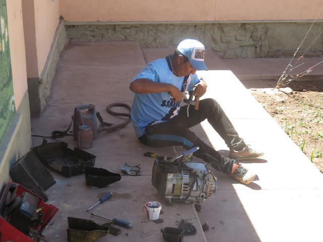 Franz versucht den kleinen Lichtmotor zu reparieren