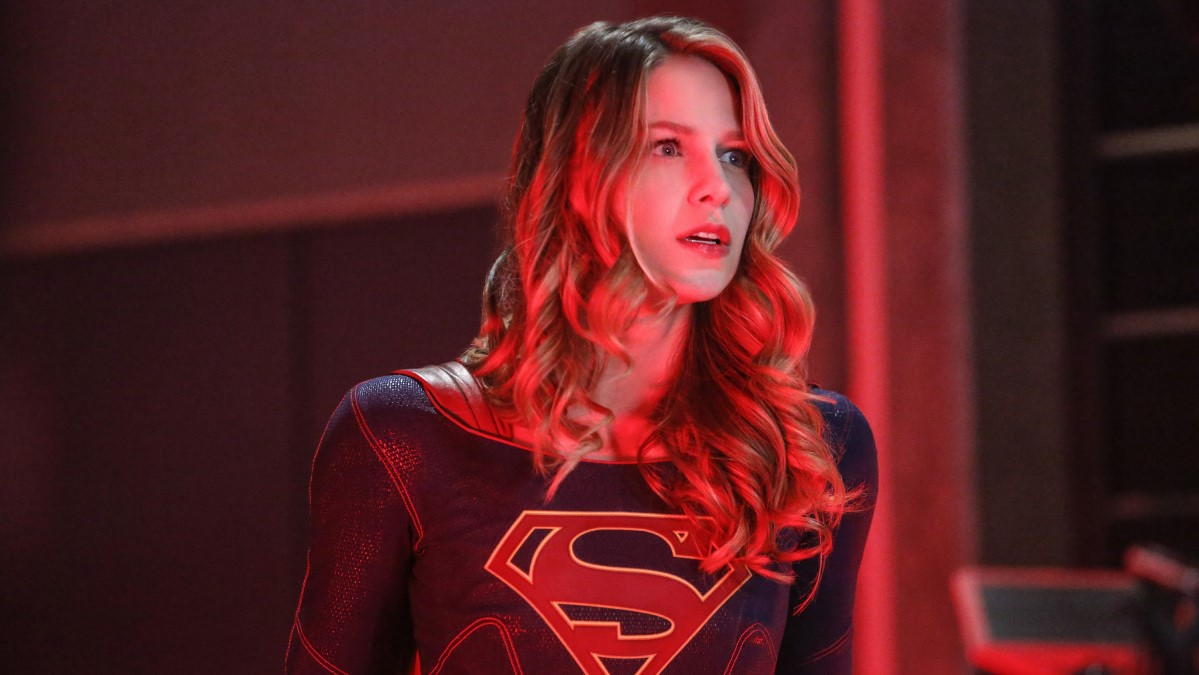 Supergirl, interpretada por Melissa Benoist, en medio de la lucha en el DEO en el episodio The Martian Chronicles
