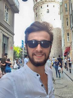 Harun İstenci İstanbul'da Galata Kulesi önünde özçekim. - Ağustos 2019