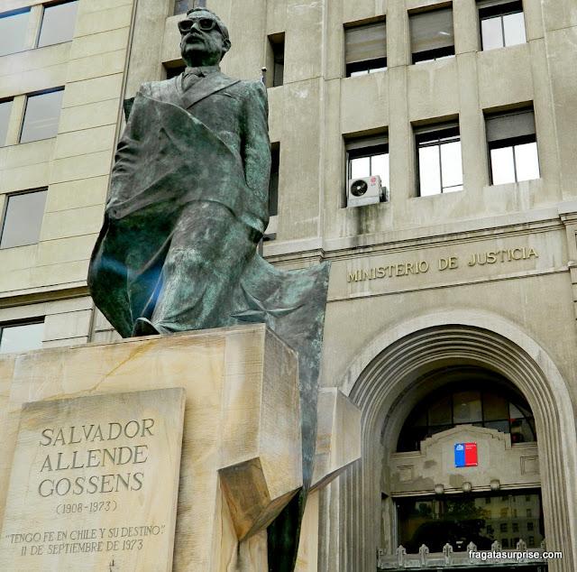 Estátua do presidente Salvador Allende em frente ao Palácio de La Moneda, Santiago do Chile