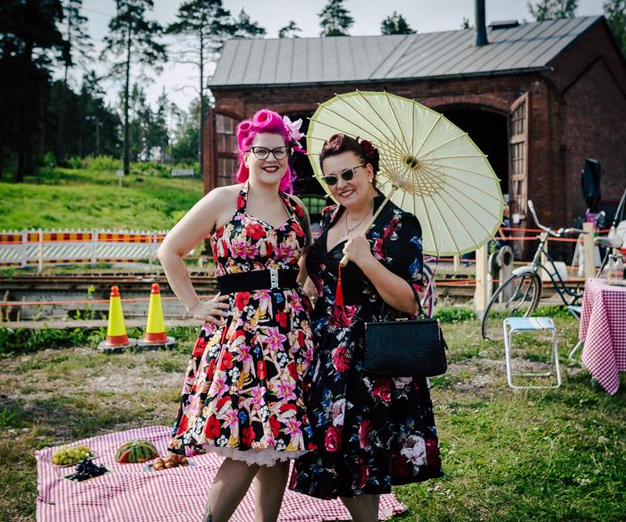 nevada car & bike show 2018 tapahtumakuvaus tapahtumakuvaa dokumentaarinen valokuvaus pin-up tyttö pin-up girls fifties kukkamekko 50-luku pinkit hiukset