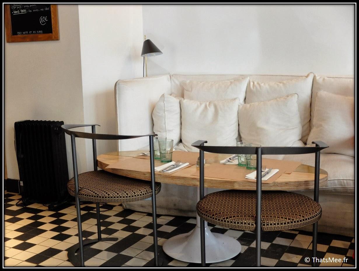 design décoration Brunch Le Wood Paris Woodbar Marais place Thorigny décoration chaise ronde osier table ovale canapé blanc, décoration bar tout en bois, brunch a volonte Paris Marais Le Wood