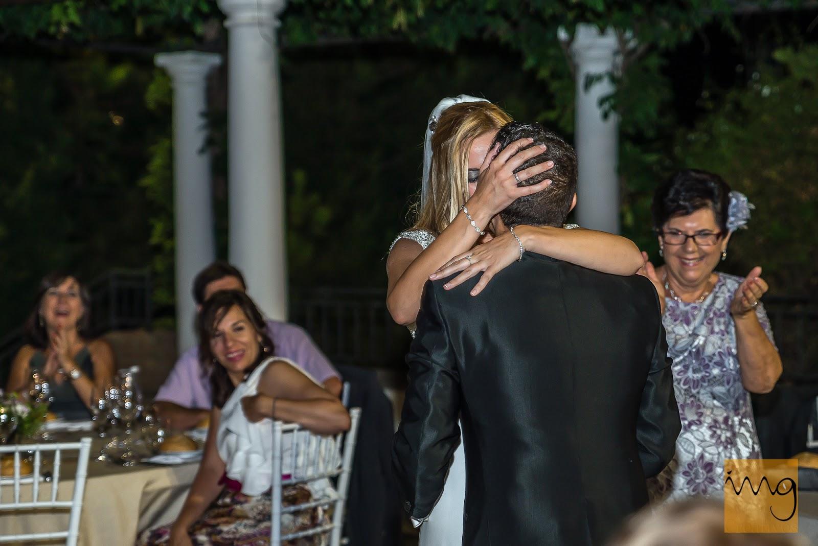 Beso espontáneo de boda