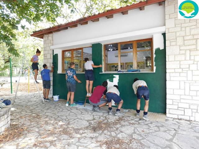 Εθελοντική δράση από τους προσκόπους του 1ου Συστήματος Θέρμης, στο περίπτερο ενημέρωσης Αχέροντα στη Γλυκή