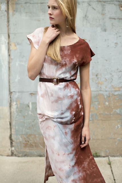 Платье с розово-белым принтом