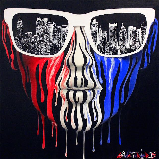 Peinture acrylique Surreal de portrait du visage d'une femme faite de gouttes de peinture rouge, blanc et bleu, des lunettes de soleil avec le reflet des lumières de la ville de New York City skyline la nuit.