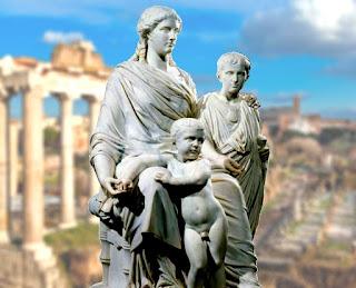 Estatua de Cornelia Africana y sus dos hijos, los Gracos, con el Foro Romano al fondo.