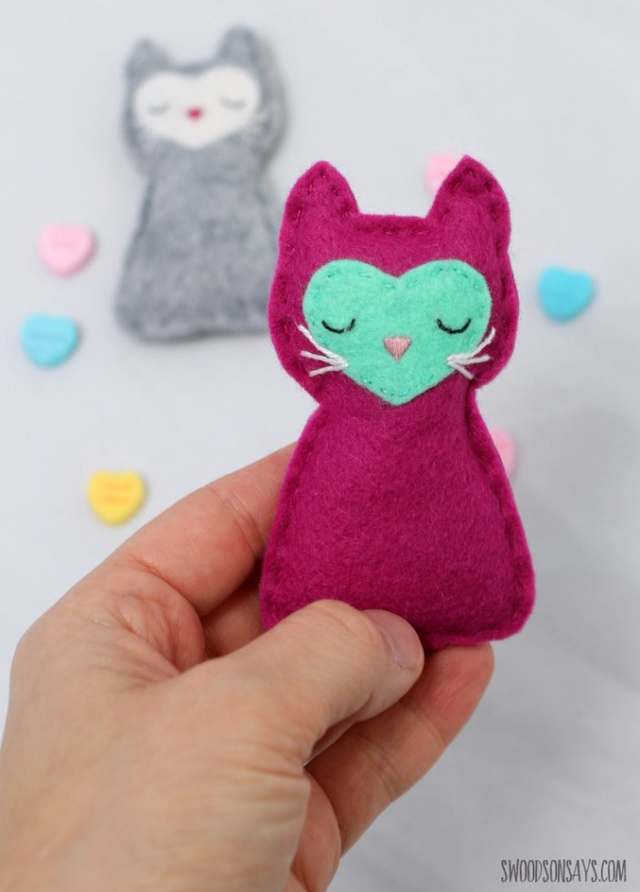 Make a felt kitty cat pocket toy with the free pattern and tutorial by Swoodson Says.