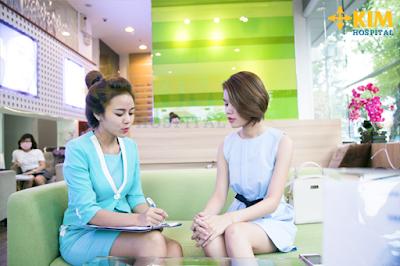 Nhân viên tư vấn đang giải đáp các thắc mắc về cách làm hồng nhũ hoa cho khách hàng.